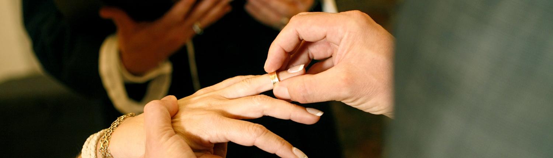 Ring sættes på fingeren ved bryllup