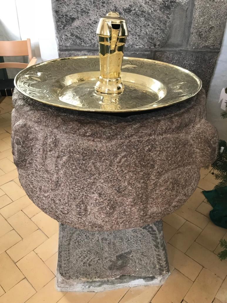 Døbefonten i Mørke kirke er en af landets ældste stenfonte.