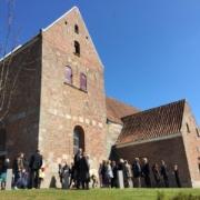 Mørke kirke med gæster foran